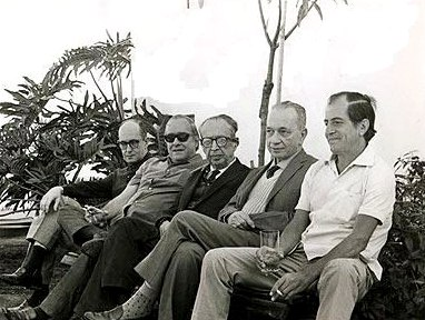 Da esq. para a dir.: Carlos Drummond de Andrade, Vinícius de Moraes, Manuel Bandeira, Mário Quintana e Paulo Mendes Campos reunidos em foto de 1966; livro traz obras poéticas de mais de 130 autores brasileiros.