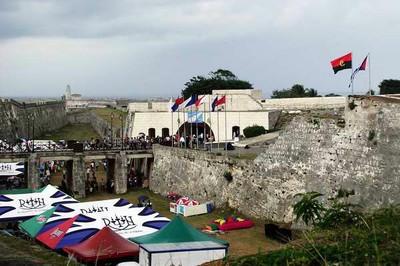 A Feira do Livro de Cuba, em homenagem a Angola, foi realizada na histórica Fortaleza de San Carlos de La Cabaña, construída no século XVIII.
