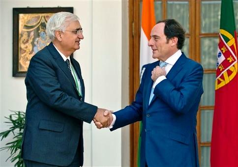 Paulo Portas foi rcebido em Nova Déli por seu homólogo indiano Salman Khurshid: fortalecimento de laços históricos entre Portugal e Índia.