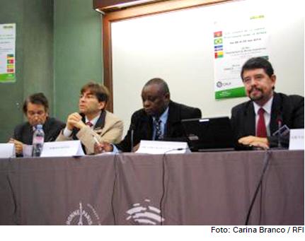 O diretor-executivo do IILP, Gilvan Müller de Oliveira (à extrema dir.), participou da primeira sessão do Congresso sobre a Língua Portuguesa na Sorbonne, em Paris.