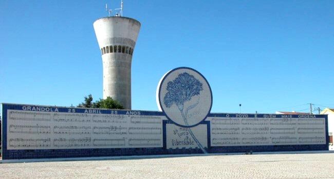 Mural na cidade de Grândola, localizada no Alentejo, no sul de Portugal, com a partitura da famosa canção de Zeca Afonso – um símbolo da democracia portuguesa.