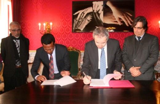 Os reitores Aurélio Guterres e João Gabriel Silva assinam em Coimbra acordo de cooperação entre as duas universidades, observados pelo vice-ministro da Educação timorense, Virgilio Simith, e pelo vice-reitor da Universidade de Coimbra, Joaquim Ramos de Carvalho.