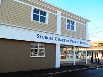 A escola pública autônoma Sturgis Center, localizada na cidade de Hyannis, em Massachusetts, oferece aulas de português a 120 estudantes, de 4 a 15 anos.