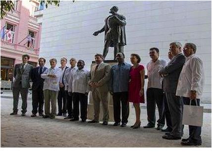 A inauguração da estátua de Camões contou com a presença dos embaixadores dos países lusófonos em Havana.