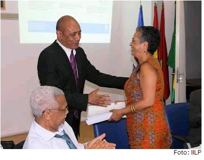 Lourenço do Rosário entrega a Amália Lopes o Vocabulário Ortográfico Nacional de Moçambique, com a presença do embaixador Murade Murargy.