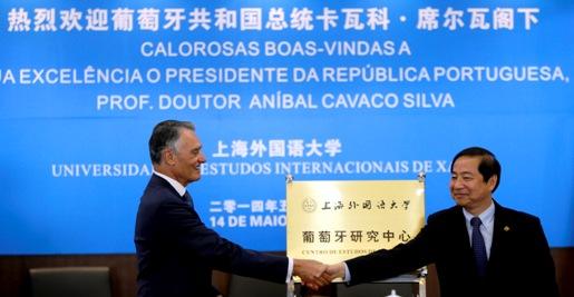 O presidente de Portugal, Aníbal Cavaco Silva, recebe os cumprimentos do presidente do SISU, Cao Deming, em Xangai.
