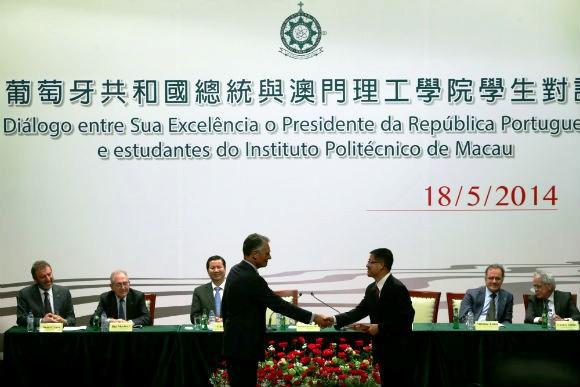 O presidente de Portugal, Aníbal Cavaco Silva, em visita à Região Administrativa Especial no sul da China, recebe cumprimentos do presidente do Instituto Politécnico de Macau, Lei Heong Iok.