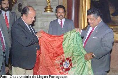 Em foto de setembro de 1989, o então presidente da Câmara de Lisboa, Nuno Krus Abecasis, recebe de autoridades indianas a última bandeira da ex-colónia portuguesa de Goa: um legado para a Índia e que consagra o respeito à igualdade entre as populações goesas.