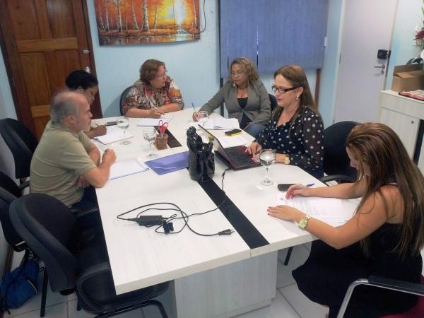 Representantes de educação da Guiana Francesa reuniram-se com a equipe da secretária de Educação do Amapá, Elda Araújo (na foto, ao computador portátil): intercâmbio linguístico entre brasileiros do Amapá e franceses da Guiana.