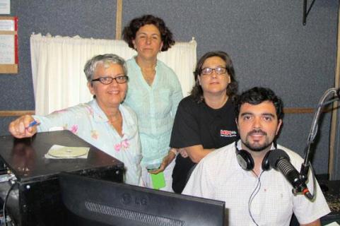 A equipa do programa de rádio 'Voz Portuguesa', apresentada por Manuel Ribeiro, na Austrália: Língua Portuguesa, cultura e música contemporânea.