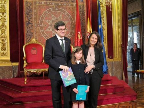 José Iribas e Filipa Soares realizam a entrega simbólica das bibliotecas às escolas do programa de Ensino de Português na comunidade autónoma de Navarra.